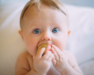 link https://www.healthline.com/health/parenting/natural-teething-remedies  photo https://unsplash.com/photos/CEEhmAGpYzE